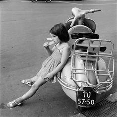 Meisje bij scooter Waterlooplein jaren '60