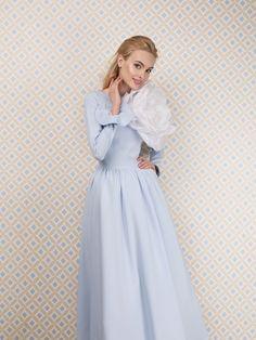 Платье «Анна-Мария» миди голубое — 21 990 рублей, Брошь «Цветок большой» — 10 990 рублей