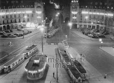 Leuchtreklame am Stachus, 1958 AMann/Timeline Images #München #Munich #Stachus #Karlsplatz #50er #50s #Reklame #Werbung #Tram #S-Bahn #black #white #shadow #photography #mood #Atmosphäre #Licht #Schatten #schwarz #weiß #Fotografie #historisch #historical #traditional #traditionell #retro #nostalgic #Nostalgie