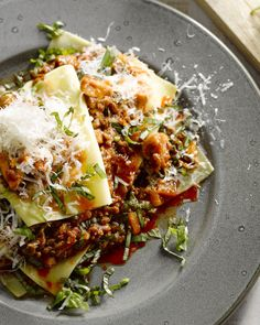 Iedereen houdt van lasagne! Maar iedereen weet ook dat het veel werk is. We geven je een 'hack' voor een snelle versie die er goed uitziet en overheerlijk is.