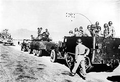 Französische Militärkolonne auf dem Weg in das Unruhegebiet in Südwest-Algerien. November 1954 - pin by Paolo Marzioli