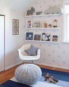 Desde Canadà nos llega este dormitorio tranquilo y lleno de luz que ha proyectado Melissa Barling. Se trata de una habitación de bebé donde predominan los azules y grises en una perfecta armonía entre espacios y decoración. Una bonita y original pared llena de estrellas de ocho puntas de un gris muy clarito envuelven las …