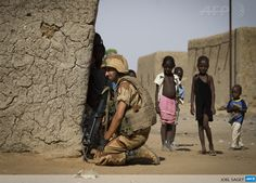 MALI, Gao : A French soldier keeps a lookout next to children in a street of Gao, on April 5, 2013. The United Nations expressed concern over reprisal attacks against ethnic Tuaregs and Arabs in Mali, where a French-led intervention recently routed Islamist rebels. AFP PHOTO / JOEL SAGET (05/04/2013)