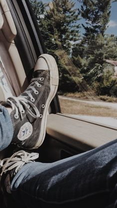 Aesthetic Shoes, Aesthetic Grunge, Aesthetic Vintage, Foto Blog, Grunge Goth, Soft Grunge, Trendy Wallpaper, Pretty Wallpapers, Chuck Taylor Sneakers