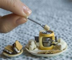 tiny food gets me. Miniature Crafts, Miniature Food, Miniature Dolls, Miniature Kitchen, All The Small Things, Cute Little Things, Clay Miniatures, Dollhouse Miniatures, Mini Craft
