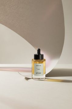 Hair oil and hair serum can sometimes seem interchangeable, but they're actually very different. Learn how to tell ther difference for yourself, here. Still Life Photography, Creative Photography, Product Photography, Mockup Design, Packaging Inspiration, Cosmetic Design, Perfume, Natural Cosmetics, Hair Oil