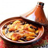 Een lekker Marokkaans hoofdgerecht om te serveren is Tajine met vis. Benodigdheden voor bovengenoemd gerecht zijn: - 2 hele brasem (of een ander soort witvis naar keuze); - 3 of 4 tomaten; - 4 aardappels. De marinade kan gemaakt worden door middel van de...
