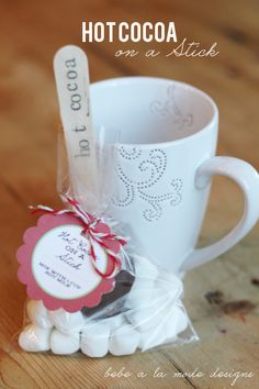 Hot Cocoa on a Stick. Great holiday gift idea! www.thirtyhandmadedays.com