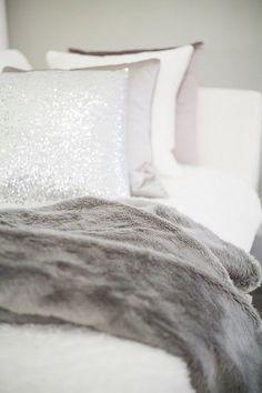 COMO RE-DECORAR LAS HABITACIONES CON MUY POCO DINERO Hola Chicas!! Estas pensado redecorar alguna habitacion en tu casa, te voy a mostrar como lograrlo cambiando los accesorios decorativos, las cortinas son un recurso muy interesante para decorar nuestras habitaciones. Las cortinas proporcionan una mayor calidez y confort a las estancias de nuestra casa. Las cortinas con más cuerpo y mayor caída son las preferidas. Si vas a escoger una de ellas piensa primero en el color de las paredes de la…