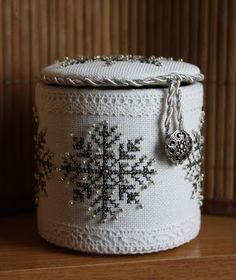 tutorial to make a cute mini box. In Russian but with very good pictures to follow.