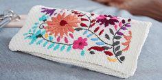 Deze clutch is gehaakt met Schachenmayr Catania in kleur 105, en het borduursel is gemaakt met Sticktwist van Anchor in verschillende kleuren.  Deze clutch is 23 cm x 12 cm groot. Punch Needle, Crochet Fashion, Elsa, Coin Purse, Purses, Wallet, Diy, Crochet Tutorials, Crochet Bags