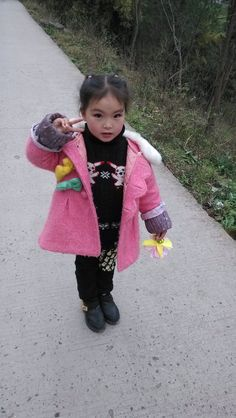 She was a lovely girl~She was a little girl , but often secretly own makeup