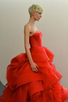 This is Amamzing! From Vera Wang Spring 2013 Bridal Vera Wang Wedding Gowns, Vera Wang Bridal, Vera Wang Gowns, Vera Wang Dress, Red Fashion, Couture Fashion, High Fashion, Look Formal, Couture Mode