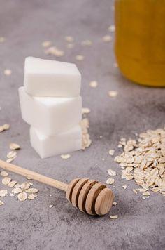 Ako vyrobiť vlastné mydlo s ovsenými vločkami a medom - Šperkovo. Soap Making, Diy Crafts, Dishes, Make Your Own, Tablewares, Homemade, Craft, Dish, Signs