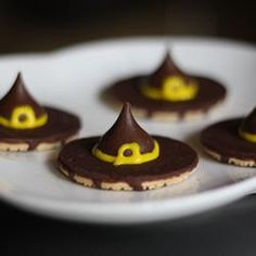 HALLOWEEN: Witches' Hats cookies - flip fudge stripe cookies upside down, glue on Hershey kisses with a dab of honey, draw a bow with decorating gel. Would be great for a preschool class party - the kids could even make the treats themselves! Halloween Goodies, Easy Halloween, Halloween Treats, Halloween Witches, Halloween Party, Halloween Recipe, Spooky Treats, Halloween Appetizers, Halloween Celebration