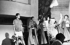 """Chico Buarque participa do ensaio da peça teatral """"Roda Viva"""" em 1968"""