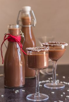 Homemade Creamy Nutella Liqueur, a fast and easy liqueur. The Perfect Holiday drink. Creamy and Chocolatey, so good.Nutella Liqueur, this simple Homemade Creamy Decadent Liqueur has become our new favourite. Homemade Liqueur Recipes, Homemade Limoncello, Homemade Liquor, Homemade Kahlua, Homemade Gifts, Christmas Drinks, Holiday Drinks, Christmas Holiday, Chocolate Liqueur