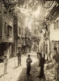 1918 A square from the streets of Istanbul. - Meliha Duran - - 1918 A square from the streets of Istanbul. Vintage Pictures, Old Pictures, Old Photos, Pictures Of Turkeys, Ottoman Empire, Historical Pictures, Istanbul Turkey, Old Houses, Photo Art