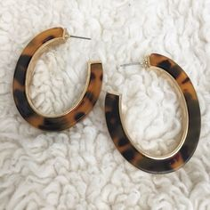 Tortoise shell gold tone oval hoop earrings Gorgeous tortoise shell oval hoops measure 2 inches long.  A perfect neutral for so many items in your wardrobe. I will include the backs. I forgot to include them in the pic. Jewelry Earrings