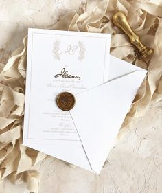 Cotton paper + handmade envelope + hot foil stamping + wax seal. Perf. © PAPIRA invitatii de nunta personalizate // #papiradesign #papirainvitations #invitatiidenunta #invitatiinunta #weddinginvitations