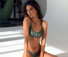 Kendall Jenner's diet and exercise routine is surprisingly relatable. The model has a fairly balanced approach to both eating and fitness... Kendall Jenner Legs, Kendall Jenner Swimsuit, Kendall Jenner Workout, Jennifer Aniston Diet, Insta Photo Ideas, Models Off Duty, Summer Body, Fitness Diet, Fitness Motivation