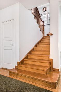 Gedigen trappa leder till övervåningen