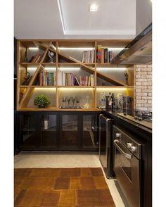 Estante Tucuna para uma cozinha mais funcional! Com design nosso e execução da @jhcmarcenaria. Foto: @juliaribeirofotografia. #triaarquitetura #projetotria #design #interiordesign #madeira #bookcase #apartamentotucuna #sp