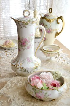 Antique pink roses chocolate pots and cup and soft pink roses - so lovely and romantic! Antique China, Vintage China, Decoration Shabby, Tea Art, Vintage Dishes, Vintage Teapots, Chocolate Pots, Kakao, Tea Cups