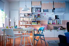 Vista de una habitación con una pared grande, bladas IKEA con persianas de ventana enfrente.