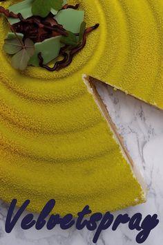 Super lækker moussekage med citron og hyldeblomst. Kagen er dekoreret med velvetspray i limegrøn og gul. Læs mere om teknikken inde på opskriften. Ingredienser og forme der er brugt i opskriften, kan købes på Bagetid.dk Gul, Cake, Desserts, Blog, Lemon, Tailgate Desserts, Pie, Kuchen, Dessert