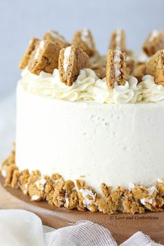 Oatmeal Cream Pie Layer Cake - oatmeal brown sugar layer cake, marshmallow frosting filling, and vanilla bean buttercream with oatmeal cream pie garnish. Vanilla Bean Frosting, Vanilla Cake, Buttercream Filling, Marshmallow Creme, Marshmallow Frosting, Oatmeal Creme Pie, Oatmeal Cake, Just Desserts, Dessert Recipes