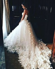 Atemberaubendes Hochzeitskleid mit meterlanger Schleppe