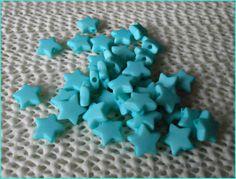 Perlen als Sterne in der Farbe türkis