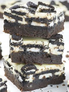 Oreo Loaded Cheesecake Brownies are rich and fudgy homemade brownies topped with layer of double stuf Oreos, cheesecake, plus more Oreo cookies on top. In other word, these could be the best brownies (Dessert Recipes) Coconut Dessert, Oreo Dessert Recipes, Brownie Desserts, Brownie Recipes, Easy Desserts, Cookie Recipes, Cheesecake Desserts, Desserts With Oreos, Best Chocolate Desserts