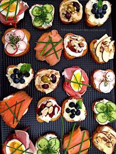 Crostini, an elegant affair… About a fortnight ago, one of the broker assistants at my second job asked me if I could cater a few light snacks for a 'Brokers Open House' of a multi-million dollar beach property in …Elegant Crostini l Hungry B Party Snacks, Appetizers For Party, Appetizer Recipes, Party Recipes, Appetizer Ideas, Party Party, Beach Appetizers, Party Canapes, Wedding Canapes