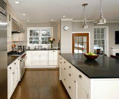 cuisine blanche et noire classique avec plancher massif et suspensions métalliques