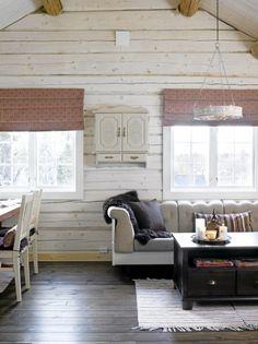 LUFTIG: Vegger og tak i det store allrommet er hvite for å få maksimal utnyttelse av lyset og oppnå et luftig uttrykk. De brune gulvene skaper en fin kontrast. Lake Cabins, Dining Bench, Curtains, Storage, Furniture, Mountain, Home Decor, Ideas, Lily