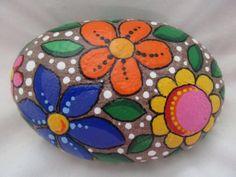 Roca pintada diseño de la flor por PlaceForYou en Etsy
