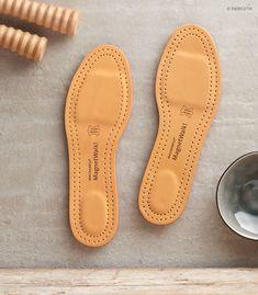 Die Sohle besteht aus feuchtigkeitsbindenden Mikrofasern, hat spezielle Bettung für Ferse und Großzehen, das Fußbett ist ergonomisch, stoßabfedernd und dämpfend.  Es sind 6 Neodym-Magenten eingearbeitet. Diese befinden sich an den Reflexpunkten der gesamten Wirbelsäule und der Verdauungs- und Entgiftungsorgane. Spoon Rest, Tips, Blog, Leather, Spinal Disc Herniation, Pickling, Magnets, Blogging