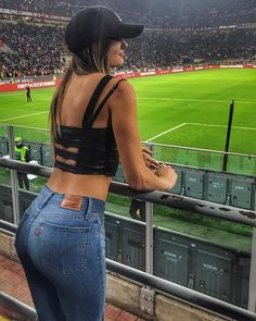 🔴⚫ - - - Send me your 📸 photo in a club t-shirt Direct 📩 - - - Sexy Outfits, Cute Outfits, Pretty Blonde Girls, Sweet Jeans, Brunette Girl, Girl With Hat, Poses, Girls Jeans, Sexy Women