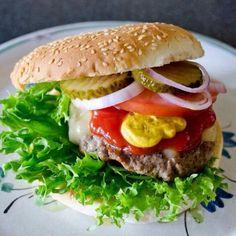 主人のリクエストで作りました。お腹いっぱい(≧∇≦) - 257件のもぐもぐ - アメリカン チーズバーガー by Rie in Norway