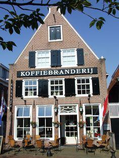 Dokkum - Neem een Dokkumer koffie (hete koffie met een scheut Sonnema Berenburg) bij de Koffiebranderij.