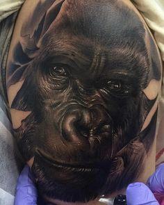 realistyczny tatuaż - zbliżenie twarzy goryla w czerni i odcieniach szarości