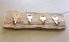 Lushome collection of cheap ideas for simple DIY projects that can turn clutter into treasure may inspire you to reuse and recycle small things your have in your home for making creative hooks and wall racks Diy Haken, Key Diy, Key Hook Diy, Diy Hooks, Diy Casa, Old Keys, Key Rack, Cool Ideas, Diy Ideas
