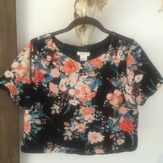 Floral Crop Top cute woven crop top (not stretchy) fully lined short sleeves pre-loved in great condition I am a 34c with a large athletic frame and this top is too small for me inquire for measurements Tops Crop Tops