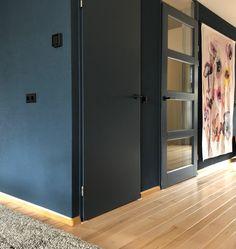 Blauwe muur èn deur. Een beetje lef loont