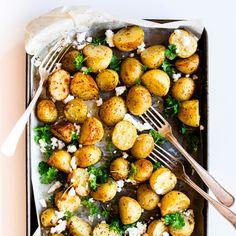 Roast Potatoes with Herbs and Feta Potato Recipes, New Recipes, Salad Recipes, Vegetarian Recipes, Cooking Recipes, Healthy Recipes, Savoury Recipes, Veggie Recipes, Recipies