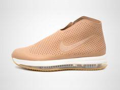 Der Nike Zoom Modairna Schuh für Damen holt den typischen Basketball-Sneaker-Look vom Platz auf die Straße. Extras: Reißverschluss, Perforationen und ein Fischgräten-Außensohlenprofil.