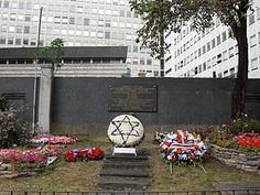 Jardin du souvenir à l'emplacement du Vel' d'Hiv. La rafle du Vélodrome d'Hiver en 1942, souvent appelée rafle du Vel' d'Hiv', est la plus grande arrestation de Juifs réalisée en France pendant la Seconde Guerre mondiale. M.L