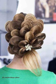 Crazy updo. This is so cool, but it looks really hard to do.